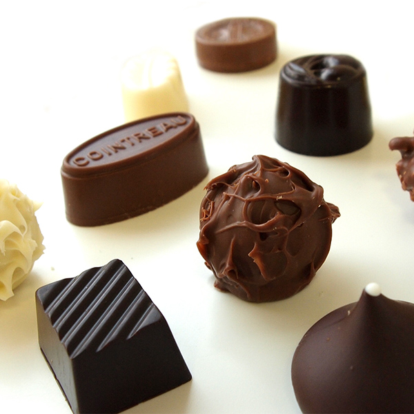 洋菓子職人がひとつひとつ丁寧に仕上げたチョコレートです。5個入、10個入、15個入、20個入のお箱がございます。 1個 150円(税別)~