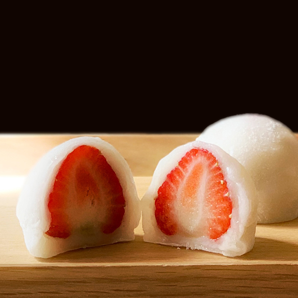 よつぼしというブランドイチゴを使ったいちご大福です。よつぼしのおいしさを引き立てるように、白あんに工夫を凝らしミルキーな餡に仕上げています。※1日50個限定  期間中特価! 通常324円を303円にてご提供!